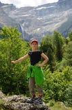 Hiker молодости против cirque горы Gavarni Стоковая Фотография RF