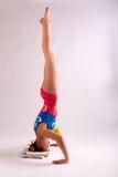 Девушка стойки головы йоги гимнаста Стоковое Изображение RF