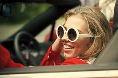 Девушка стороны для обложки журнала Портрет стороны девушки в ваше advertisnent Женщина автомобиля ретро счастливая в винтажном а Стоковое фото RF