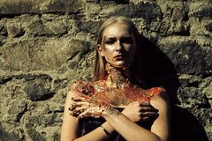 Девушка стороны для обложки журнала Портрет стороны девушки в ваше advertisnent Зомби, страшная девушка зомби нежитей стоковое изображение rf