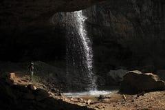 Девушка стоя в горах высокого waterfa Стоковая Фотография RF