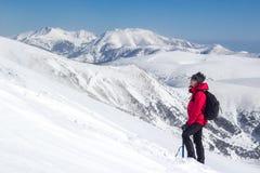 Девушка стоя в наклоне с холмистым ландшафтом стоковые фото