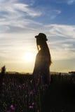 Девушка стоя в поле лаванды Стоковая Фотография
