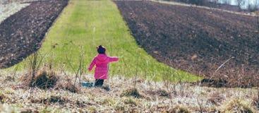 Девушка стоя в поле панорама Стоковое Изображение RF