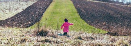 Девушка стоя в поле панорама Стоковое Фото