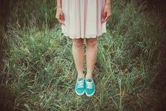 Девушка стоя в траве Стоковое Изображение