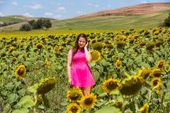 Девушка стоя в tuscan fields в лете стоковая фотография