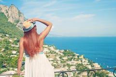 Девушка стоя на балконе и смотря на море Стоковые Изображения RF