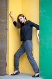 Девушка стоя на красочных стенах Стоковое фото RF