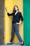 Девушка стоя на красочных стенах Стоковое Изображение RF