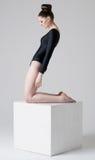 Девушка стоя на кубе Стоковые Фотографии RF
