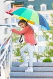 Девушка стоя на лестницах и держа зонтик Дождь осени Ждать плохая погода под зонтиком стильная девушка внутри стоковая фотография rf