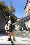 Девушка стоя на мосте Стоковое фото RF