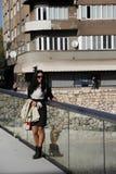 Девушка стоя на мосте Стоковая Фотография