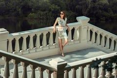 Девушка стоя на мосте стоковые изображения rf