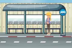 Девушка стоя на полинянный ждать Стоковые Фотографии RF