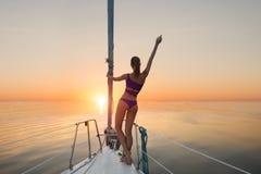 Девушка стоя на смычке яхты стоковая фотография