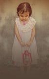 Девушка стоя на стенах Стоковые Фотографии RF
