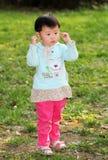 Девушка стоя на траве Стоковая Фотография