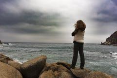 Девушка стоя на утесе 1 Стоковое Изображение