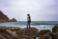 Девушка стоя на утесе 3 Стоковое Изображение