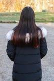 Девушка стоя самостоятельно в середине вымощенного поля Стоковая Фотография