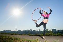 Девушка стоя с обручем hula outdoors Стоковая Фотография RF