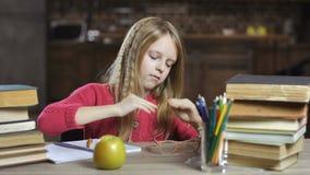 Девушка страдая от головной боли пока делающ домашнюю работу сток-видео