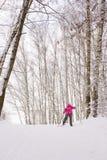 девушка страны перекрестная меньшее катание на лыжах Стоковые Фото