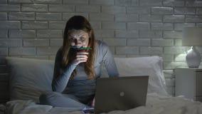 Девушка студента делая проект на ноутбуке вечером встречая крайний срок, подготовку экзамена акции видеоматериалы