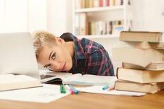 Девушка студента изучая на таблице вполне книг Стоковые Изображения RF