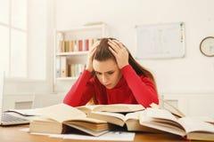 Девушка студента изучая на таблице вполне книг Стоковая Фотография RF