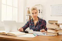 Девушка студента изучая на таблице вполне книг Стоковые Фото