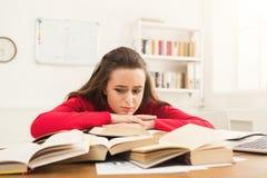 Девушка студента изучая на таблице вполне книг Стоковое Изображение