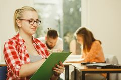 Девушка студента перед ее ответными частями в классе Стоковое Изображение