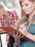 Девушка студента перед ее ответными частями в классе Стоковое Изображение RF