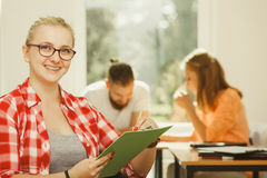 Девушка студента перед ее ответными частями в классе Стоковые Изображения
