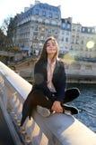 Девушка студента имея потеху в Париже Стоковая Фотография