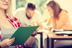 Девушка студента перед ее ответными частями в классе Стоковые Изображения RF