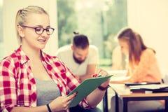 Девушка студента перед ее ответными частями в классе Стоковые Фото