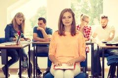 Девушка студента перед ее ответными частями в классе Стоковая Фотография RF