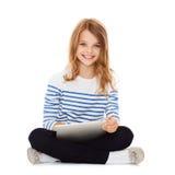Девушка студента с ПК таблетки Стоковое Изображение