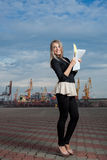 Девушка студент о деле бумагами в руках. Стоковые Фото
