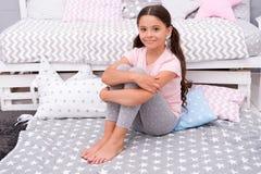 девушка счастливая немногая Красотка и способ Счастье детства небольшой ребенок девушки с идеальными волосами Международные дети стоковая фотография