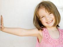 девушка счастливая полагающся немного усмехаться стоковое фото rf