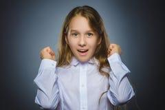 девушка счастливая Ребенок портрета крупного плана красивый усмехаясь на сером цвете стоковые изображения