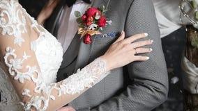 Девушка счастливого жениха и невеста милая в светлом платье и красивом обнимать человека акции видеоматериалы