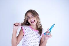 Девушка счастливая с ножницами готовыми для того чтобы отрезать волосы Стоковая Фотография RF