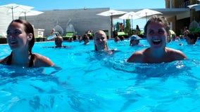 Девушка счастливо делая аэробику воды в бассейне сток-видео