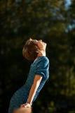 девушка сь протягивающ солнце к Стоковое Изображение